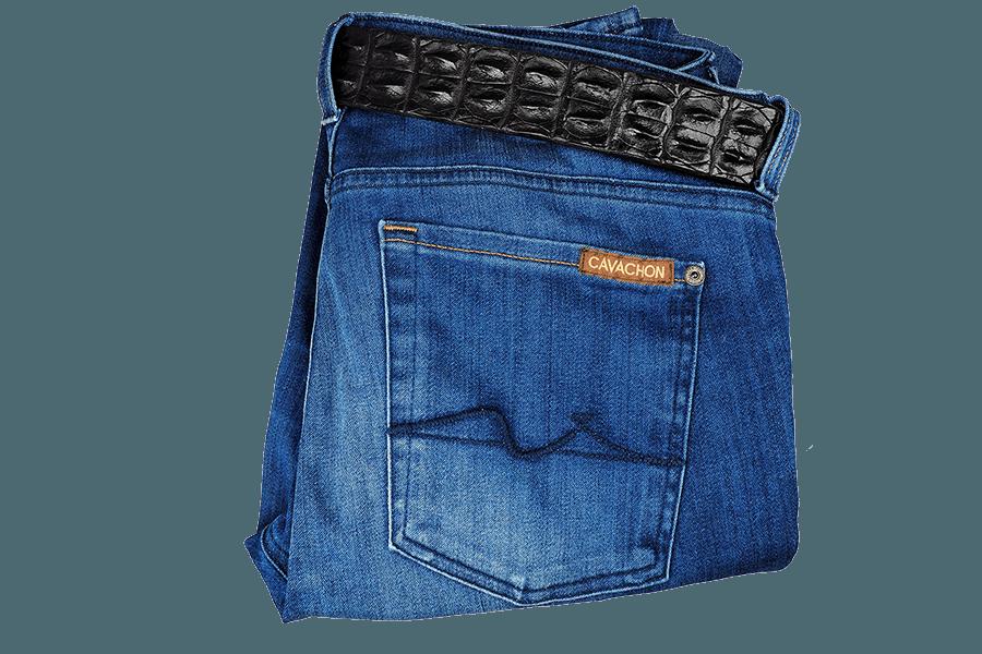 Der Hosenbund sitzt an der Hinterseite etwas höher, was dem Körper eine forschmeichelnde Silhouette verleiht. Die helle, Ozeanblaue Waschung sorgt für ein authentisches, getragenes Finish.