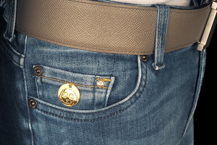 CAVACHON ® Signaturlogo auf Tasche. Auf der Tasche befindet sich die limitierte, massive Goldmünze 99,9% 24-Karat.